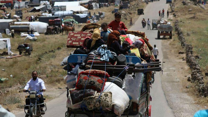 نازحون من درعا بسوريا يجلسون في شاحنة تحمل أمتعتهم في القنيطرة يوم 3 يونيو