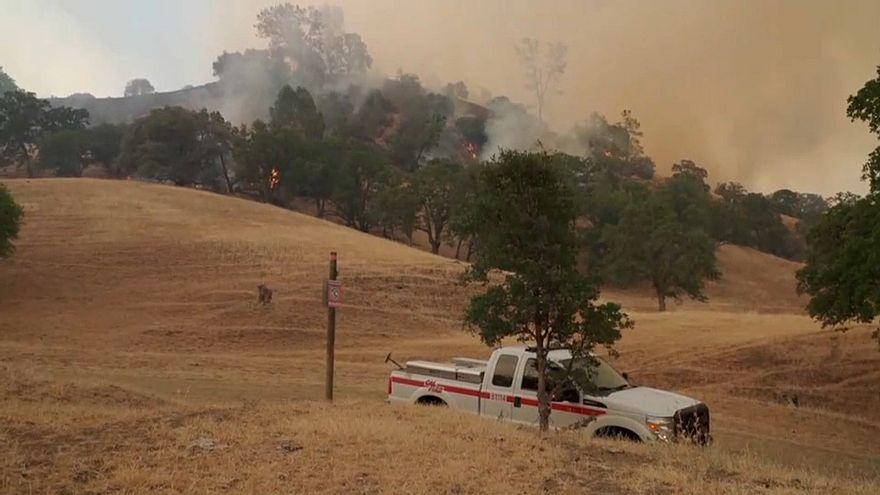 Incêndio provoca evacuações no norte da Califórnia