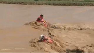 نجات زوج چینی از میان سیلاب