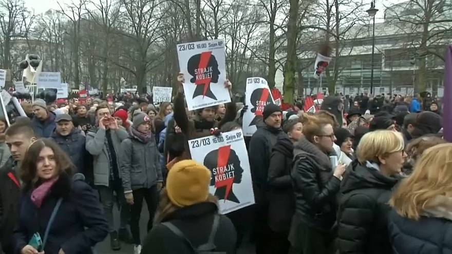 حظر الإجهاض في بولندا على الطاولة مجدداً وحقوقيون يدعون للتضامن