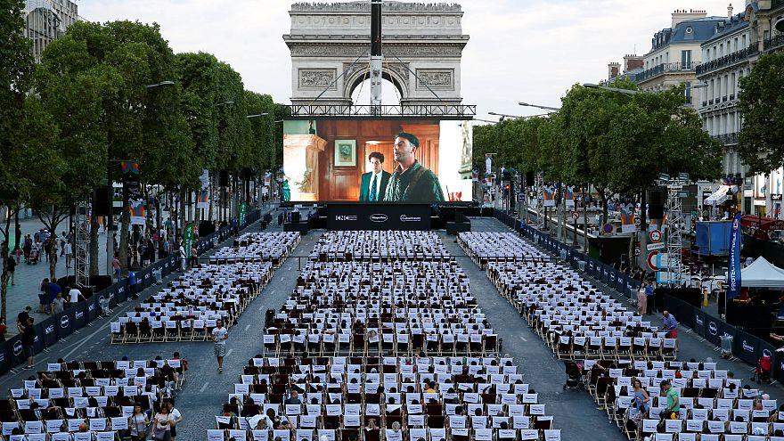 Τα Ηλύσια Πεδία στο Παρίσι έγιναν...θερινό σινεμά