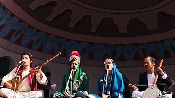 شادی و پایکوبی شهروندان افغانستان در جشنواره دمبوره