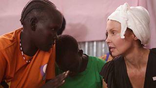 L'attrice Ashley Judd parla con una donna del Sud Sudan