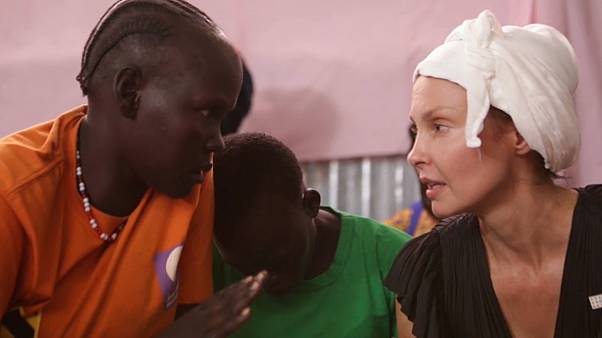 L'attrice Ashley Judd parla con una donna del Sud Sudan