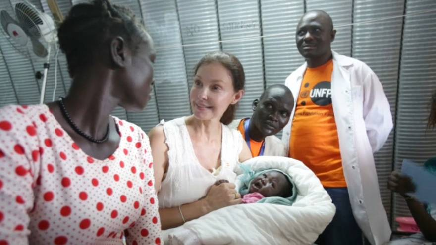 Ashley Judd visita vítimas de abusos sexuais no Sudão do Sul