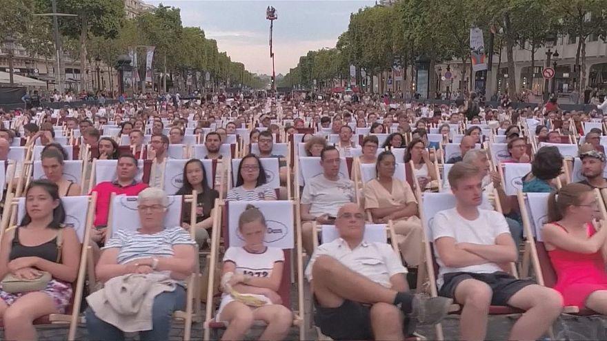 برپایی سینمای روباز در شانزهلیزه پاریس