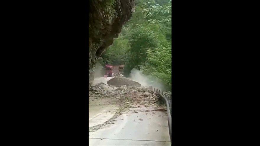 شاهد: انهيار أرضي يقطع طريقاً في جنوب غرب الصين
