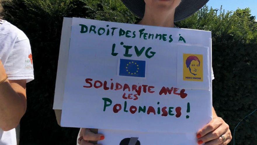 Ativistas protestam em Bruxelas contra criminalização do aborto na Polónia