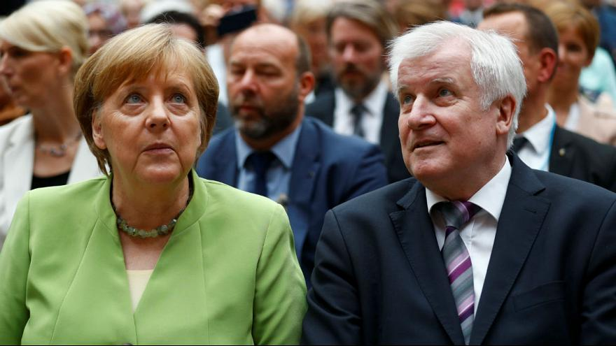 «هورست زیهوفر» وزیر کشور آلمان و آنگلا مرکل صدر اعظم