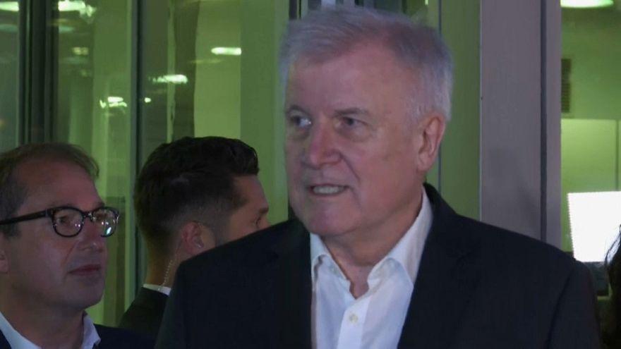 Germania, Seehofer rinuncia alle dimissioni, c'è accordo su immigrazione