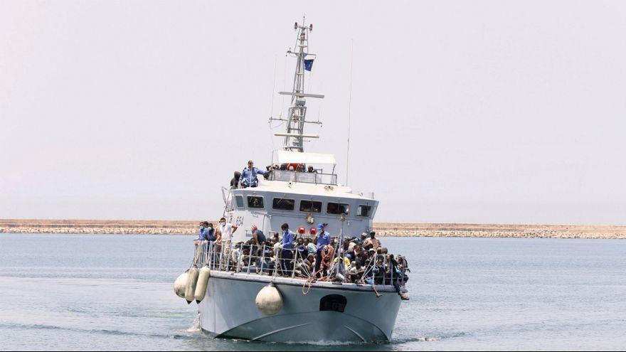 قایق گارد ساحلی لیبی حامل پناهجویان نجات یافته