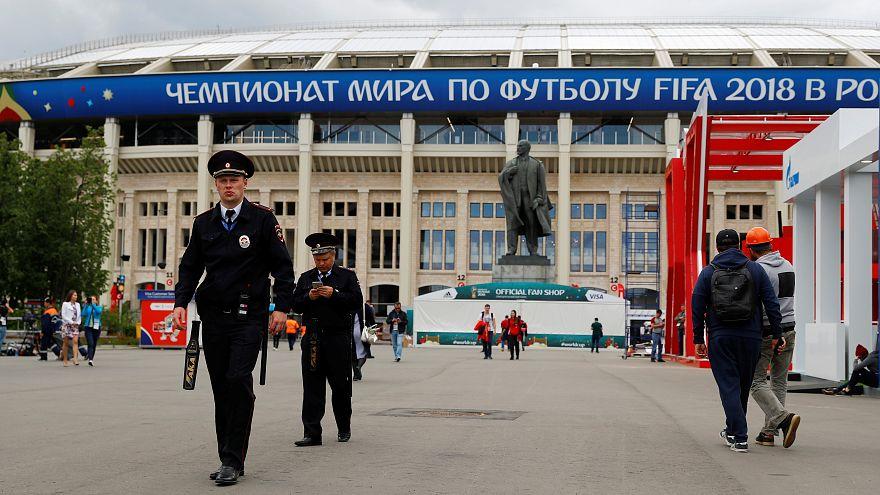 أفراد من الشرطة الروسية في استاد في موسكو يوم 13 يونيو حزيران 2018