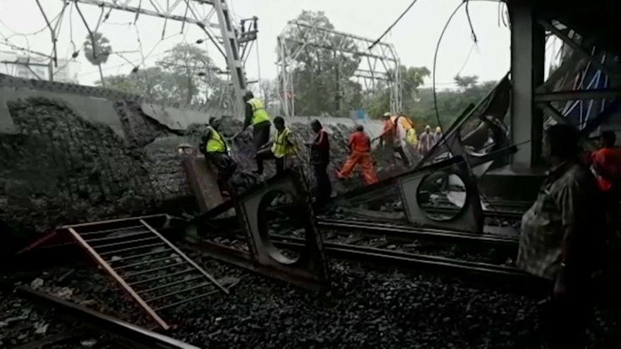 شاهد: انهيار جسر في مومباي بالهند بسبب الأمطار الغزيرة
