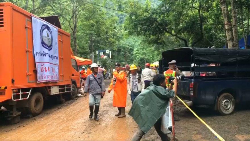 Egyelőre túl kockázatos kihozni a fiúkat a thai barlangból