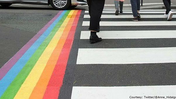 Omofobia, a Parigi le strisce pedonali arcobaleno saranno permanenti