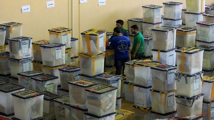 صورة من أرشيف رويترز لموظفين في المفوضية العليا المستقلة للانتخابات