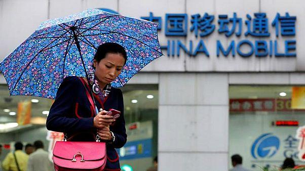 شعار شركة تشاينا موبايل على واجهة متجر في وسط شنغهاي.