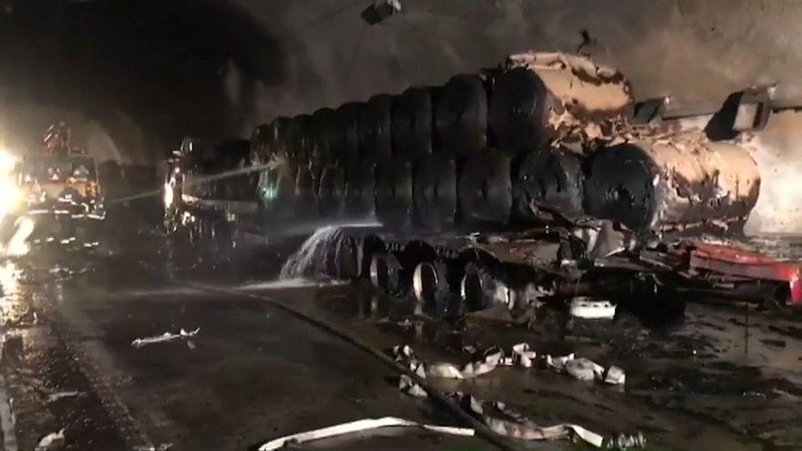 رجال الإطفاء يحاولون إخماد النيران