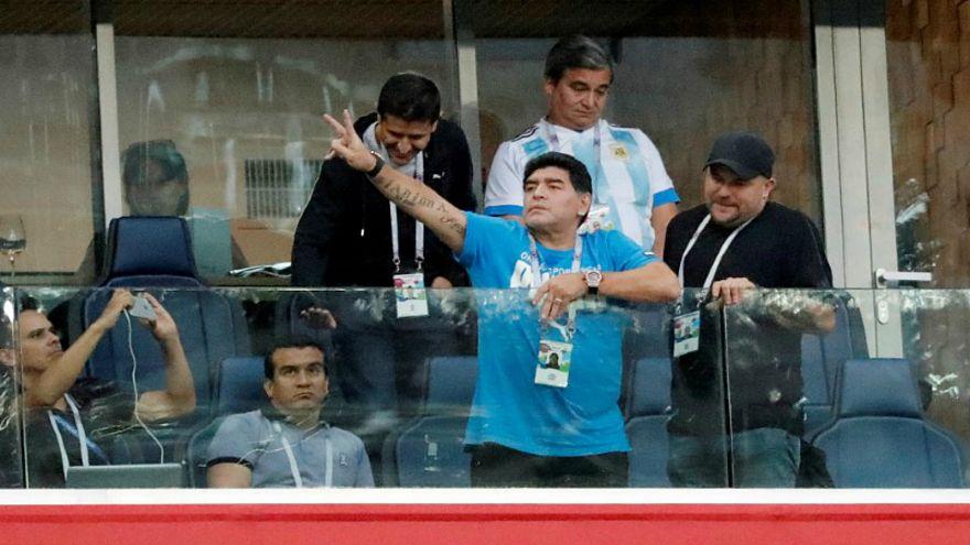 مارادونا يقول إنه بخير لكنه يثير جدلا بسبب إشارة غير لائقة