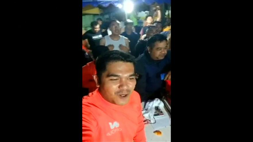 شاهد: لحظة احتفال عمال الإنقاذ بالعثور على العالقين أحياء بكهف في تايلاند