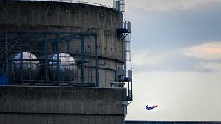 Drone με τη μορφή του Σούπερμαν πάνω σε πυρηνικό σταθμό