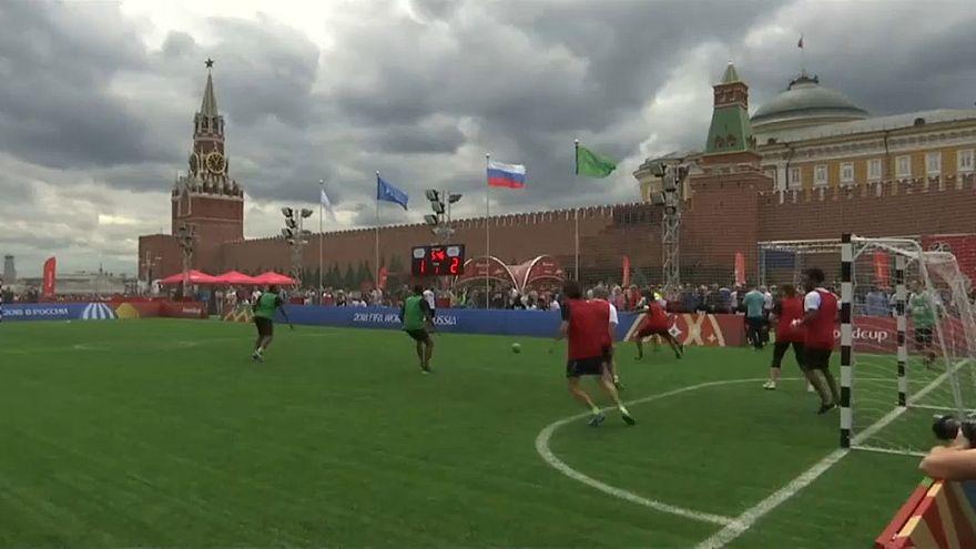 """شاهد: """"كأس عالم"""" خاص باللاجئين في ساحة موسكو الحمراء"""