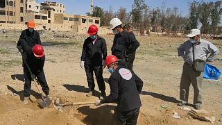 هيومن رايتس ووتش تطالب بدعم جماعات سورية تكشف عن مقابر الرقة الجماعية