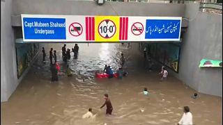أمطار لم تشهد لاهور لها مثيلاً من 38 عاماً تحول شوارعها إلى أنهار