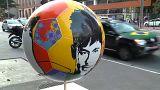 Bolas de futebol nas ruas de São Paulo