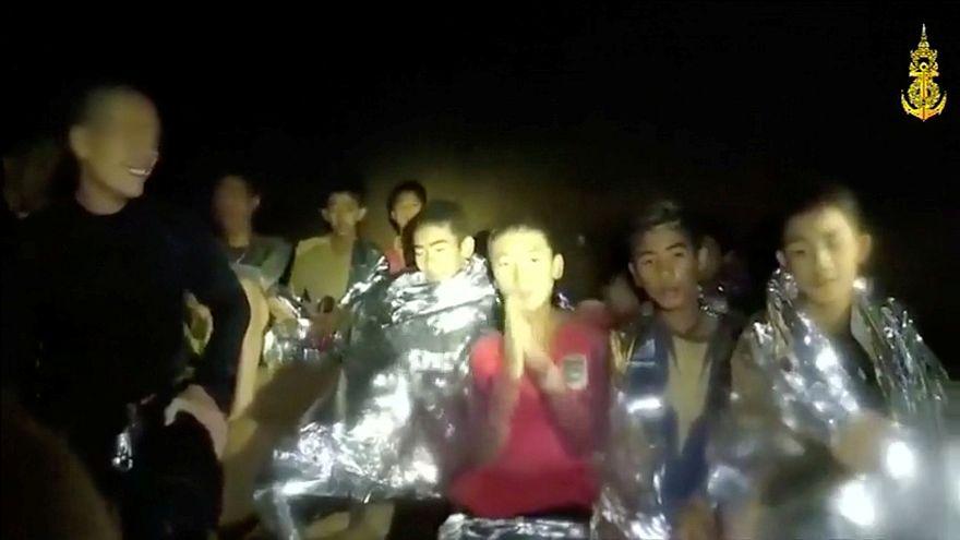 Aprender a bucear, una urgencia vital para los niños atrapados en Tailandia