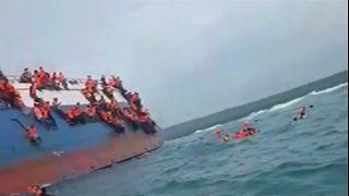صورة مجمعة لعمليات إنقاذ ضحايا عبارة قرب جزيرة سولاويسي في إندونيسيا يوم ال