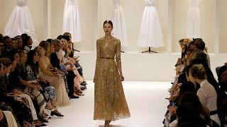 Dior e Giambattista Valli apresentam propostas de Alta Costura em Paris
