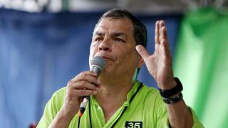 رئيس الإكوادور السابق رفائيل كوريا يلقي كلمة أمام أنصاره في مؤتمر حزبي