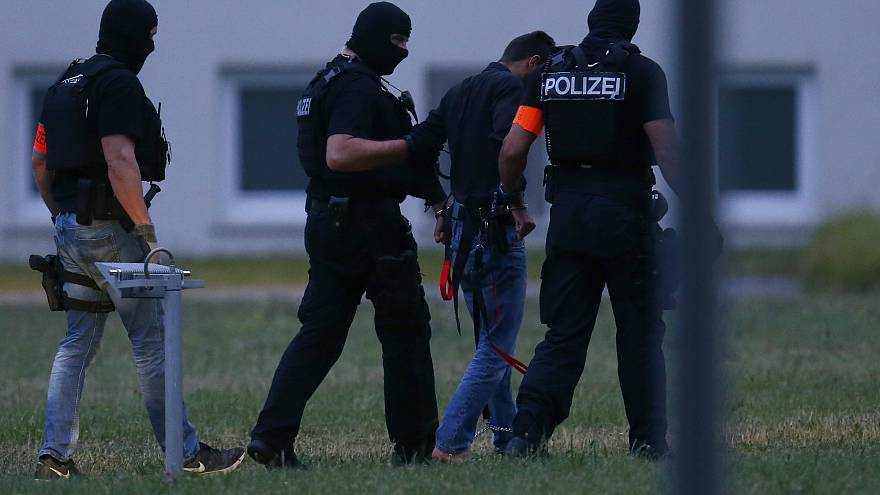 Ali B. mit Polizisten in Wiesbaden