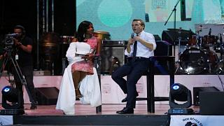 إيمانويل ماكرون يتحدث خلال مقابلة على مسرح ملهى أفريقا شراين الليلي