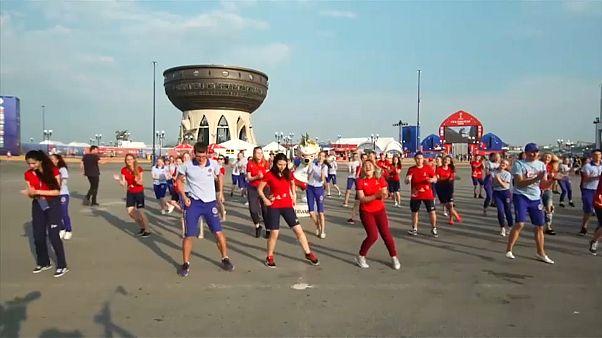 شاهد: متطوعون من الفيفا يرقصون على أنغام النشيد الرسمي لمونديال 2018