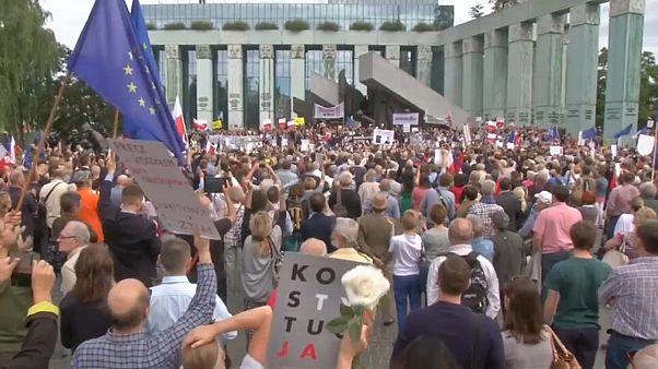 Polonia: folla in piazza in difesa della costituzione