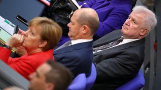 Asylstreit: Volle Breitseite gegen Merkel und Seehofer