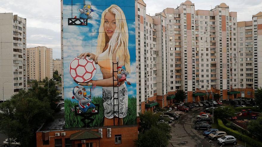 روسي يرسم جدارية ضخمة لزوجته بمناسبة مونديال روسيا