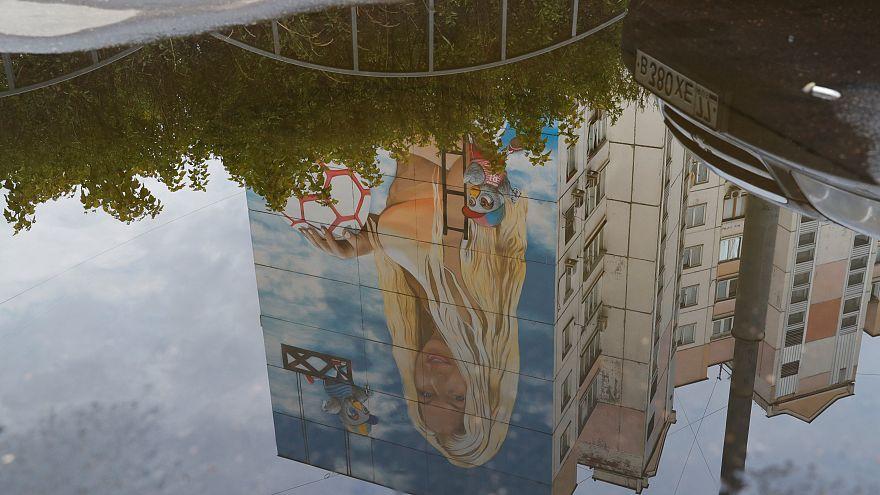 WM-Liebe: Russe lässt Porträt seiner Frau auf 12-stöckigen Häuserblock malen