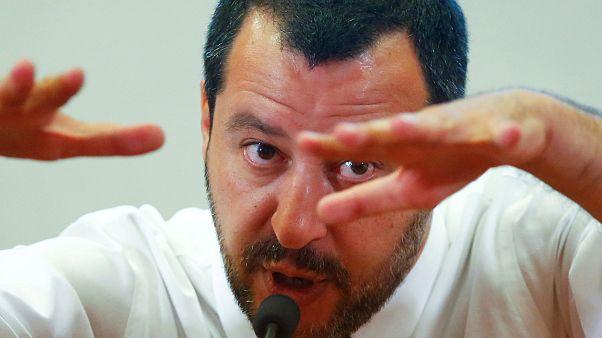 Polizei beschlagnahmt Mafia-Villa, Salvini schwimmt im Pool