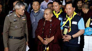 شاهد: راهب تايلاندي يزور صبية محاصرين في كهف