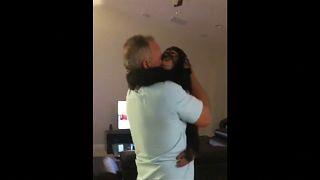 Радостная встреча шимпанзе и человека
