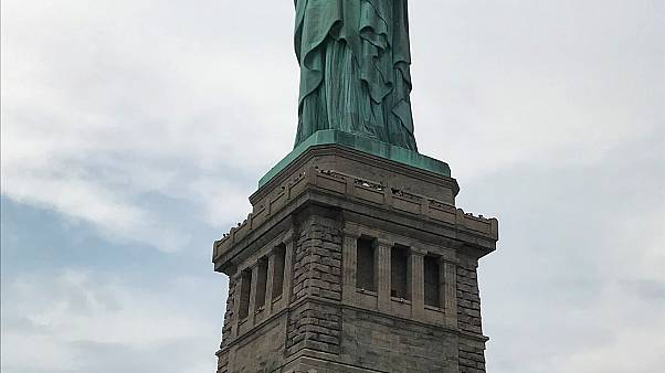 شاهد: الشرطة الأمريكية تنزل إمرأة تسلقت تمثال الحرية