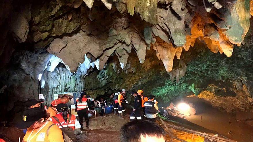 Thailandia: lezioni di nuoto per i ragazzi intrappolati nella grotta