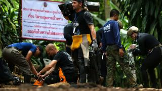Rettungskräfte in der Nähe der Höhle in Thailand