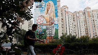 Devletin parasıyla 12 katlı binanın cephesine eşinin resmini yaptırdı