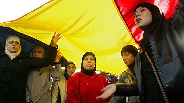 عنصريان يرسمان صلبانا على جسد مسلمة بأدوات حادة في بلجيكا