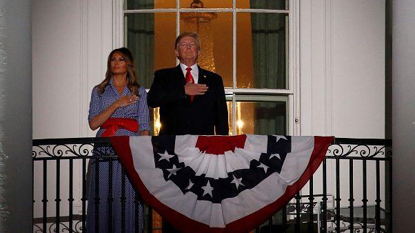 ترامب وميلانيا يحتفلان من شرفة البيت الأبيض بيوم الاستقلال الـ 242