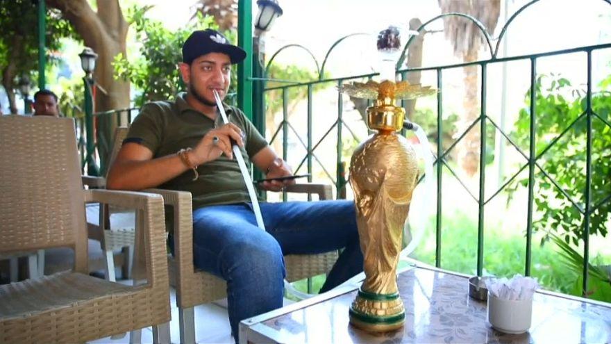 """شاهد: شيشة """"كأس العالم"""" تغزو المقاهي المصرية"""